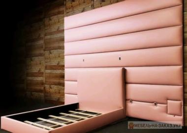 розовая кровать с изголовьем мягким на всю стену