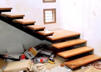 Прямая лестница из металла в дом без перил