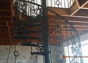круговая лестница с кованными под заказ