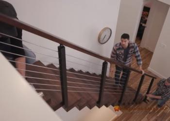 лестница из металла с деревянными перилами
