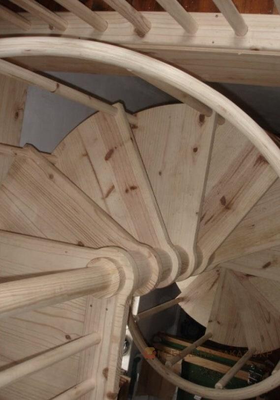 круговая лестница из ясеня
