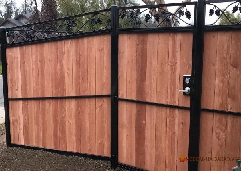 Ворота кованые деревянные для дома