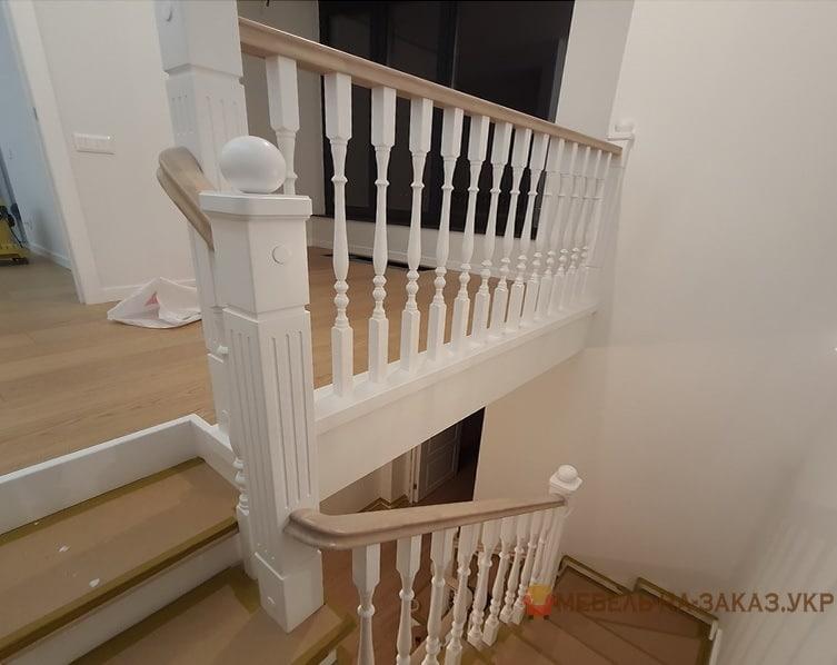 бетонная лестница с деревянными перилами и ступеньками в Буче