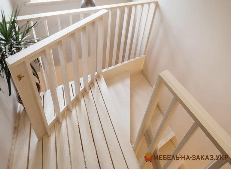 деревянная площадка лестницы